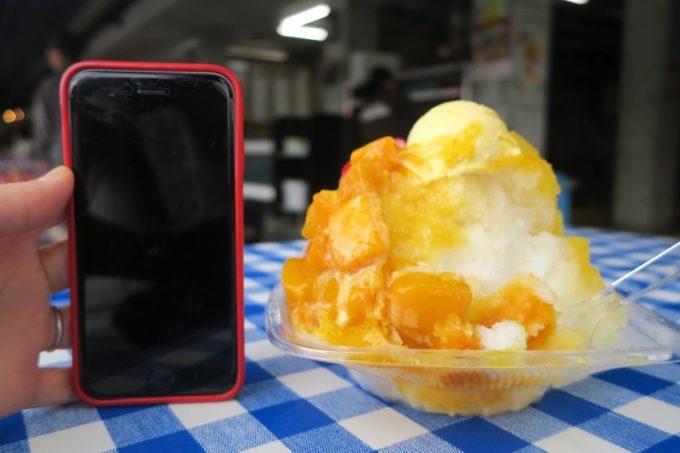 「琉冰(リュウピン)」のかき氷とiPhone6sとの高さ比較。