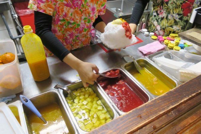 注文後にフルーツを盛り盛り盛り付ける。