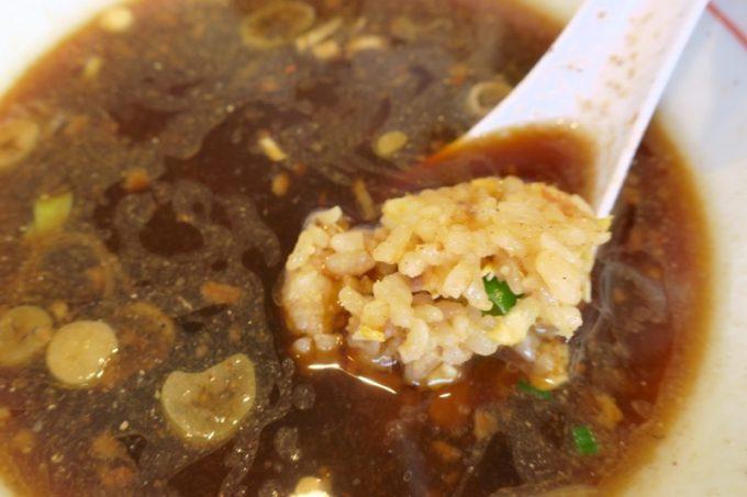 焼き飯はこのままでも、スープに浸してもウマい。