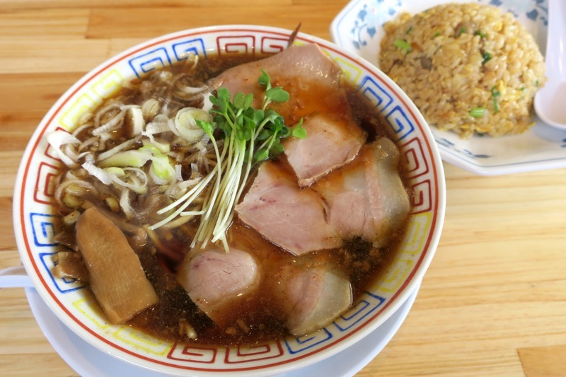 「サバ6製麺所Plus 読谷店」のサバ醤油そば 半焼き飯セット(950円)