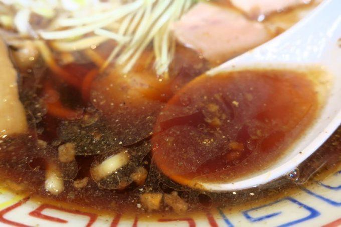濃い醤油味のスープは、サバが香る。