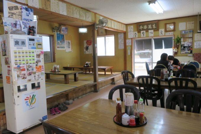 名護「新山食堂」の店内。
