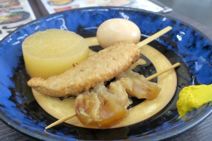 大根、卵などは1串100円、牛すじは130円だ。