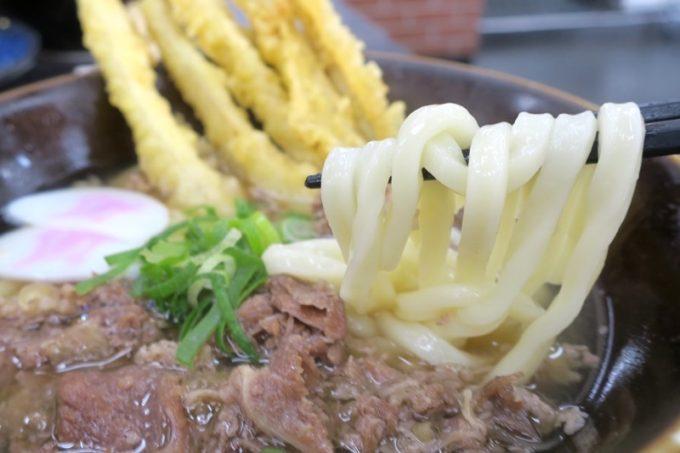 うどんは四角くつるんとしている。麺は程よいヤワだ。