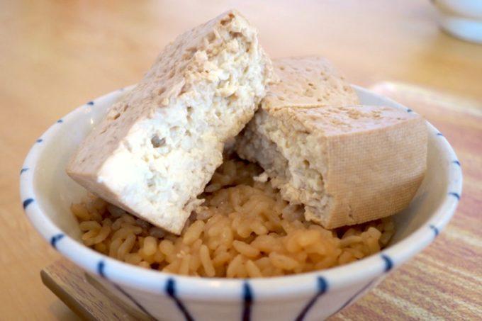 甘辛の味が染みた「真打 田仲そば」の豆めし。