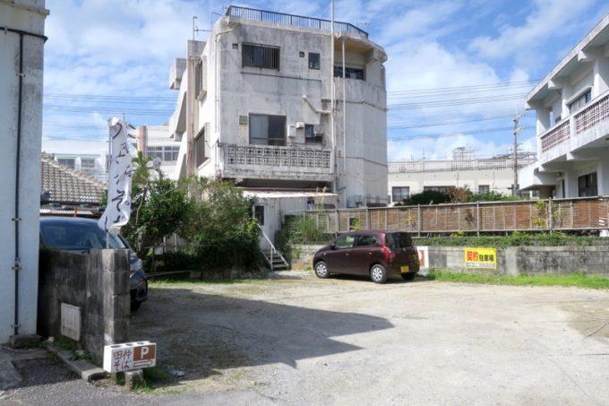 「真打 田仲そば」の裏側に広がる駐車場。