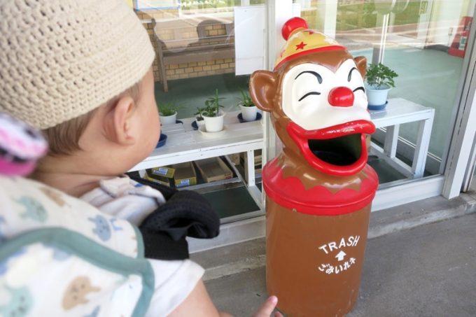 温室の入り口にはお猿さんのゴミ箱が。