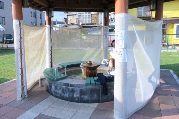 「函館市熱帯植物園」では、温泉熱を利用した足湯が楽しめる。
