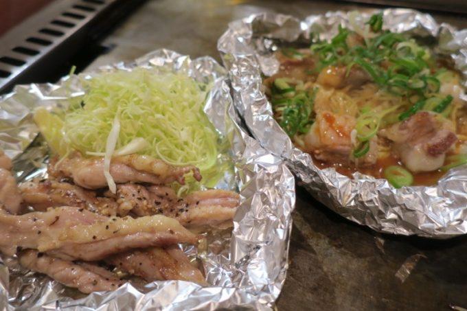 「櫓家(やぐらや)」のせせり塩胡椒炒め(680円)と、 ぷりぷりホルモン焼きの味噌ダレ味(880円)