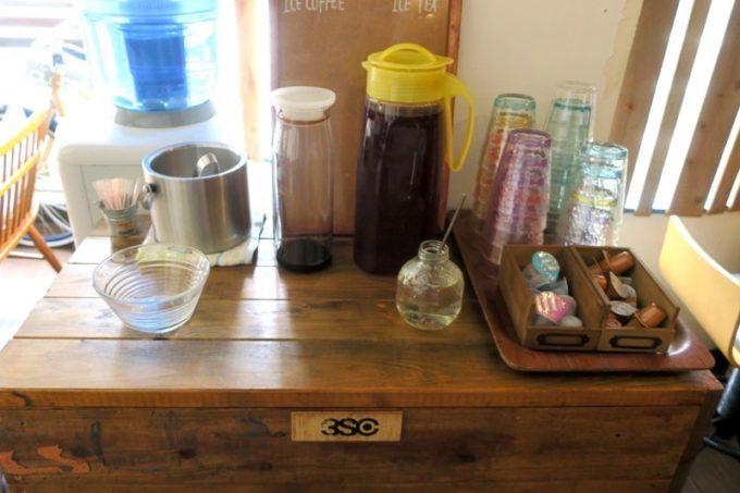ランチタイムサービスのアイスコーヒー・アイスティーはセルフで飲み放題。