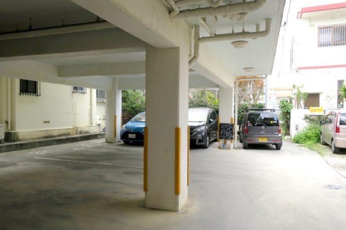 「3S cafe(スリーエスカフェ)」建物裏手にある駐車場。