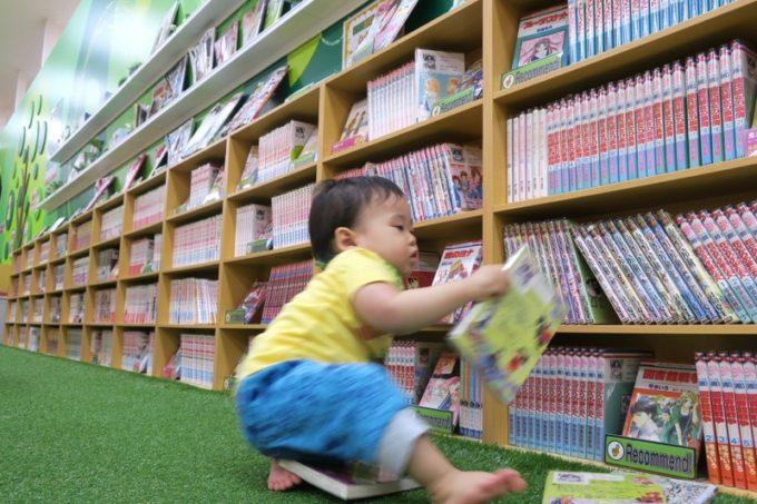 少女漫画や少年漫画も多数揃っている。