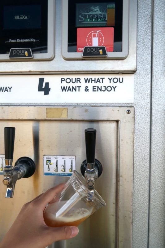 「キャンプキンザーフェスティバル」クラフトビールの自動販売機を購入している様子。