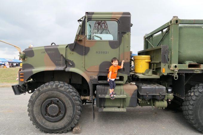 「キャンプキンザーフェスティバル」米軍車両の上に立つお子サマー(2019年10月)