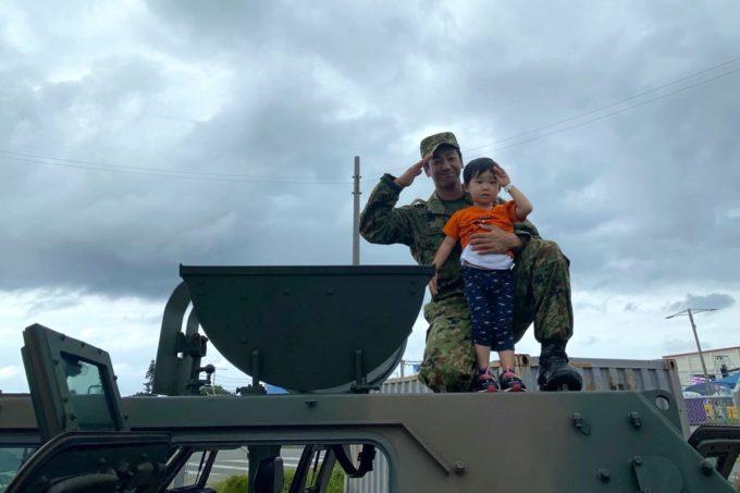 「キャンプキンザーフェスティバル」自衛隊と米軍の車両に乗り込むことができる(2019年10月)