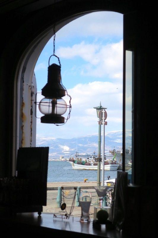 カウンター席の窓から、函館湾を眺める。