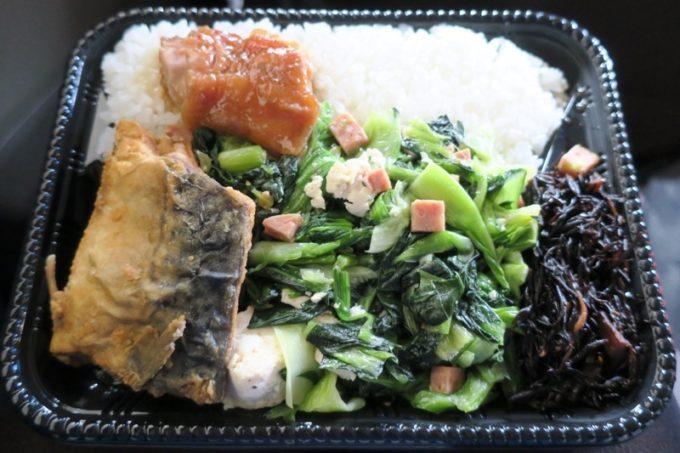 那覇・壺屋「むんじゅる弁当」のチキナー炒め&揚げ鯖など。