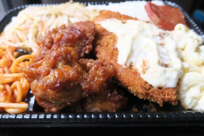 鶏唐揚げはやっぱり鶏臭さが... 白身魚フライやナポリタンなどはウマかった。
