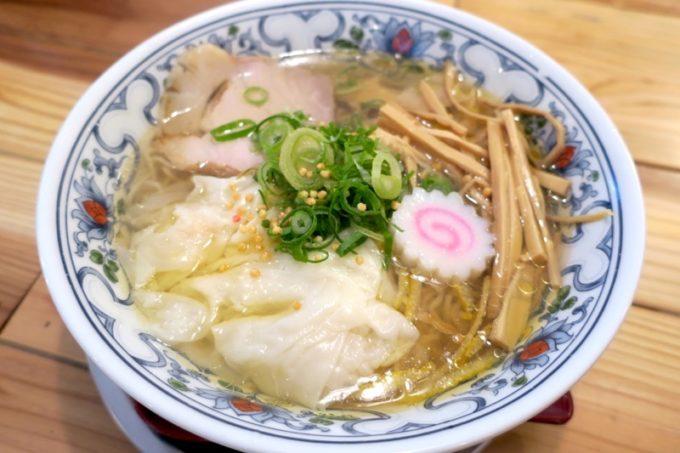 「中華そば ぬーじボンボン メンデス」の海老ワンタン鶏塩そば(800円)