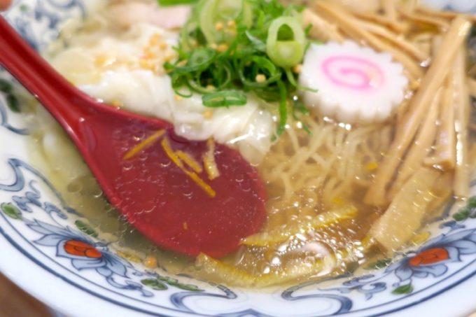 海老ワンタン鶏塩そばは、あっさりすっきり角のない塩スープ。