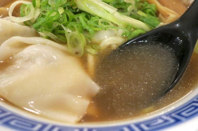 煮干しワンタン麺は、煮干しスープはにぼにぼ感が強過ぎず、ほどよい。