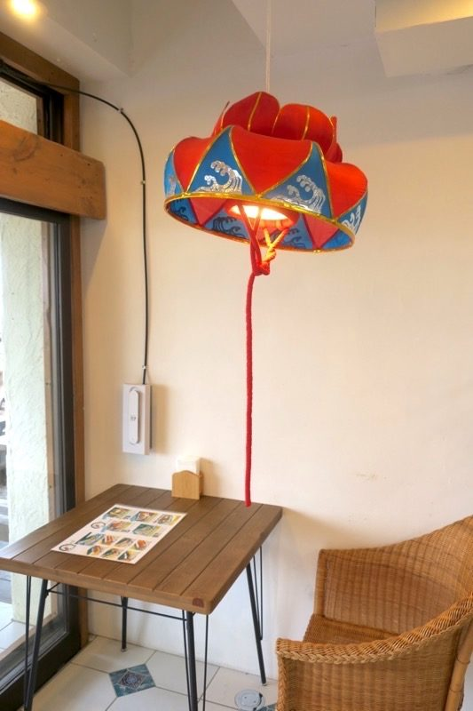 琉球花笠を使った照明が「ポークたまごおにぎり本店 北谷店」の店内にあった。