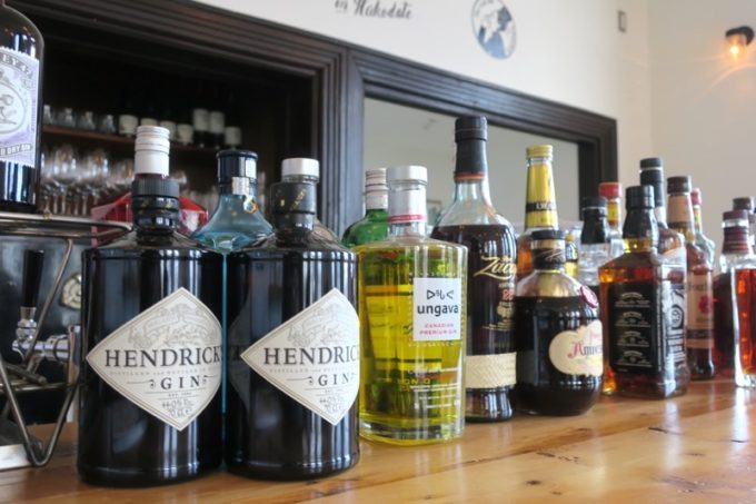 バーカウンターにはジンやウイスキーが並ぶ。
