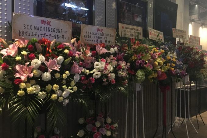 通路には関係者・ファンからの花がいっぱい!