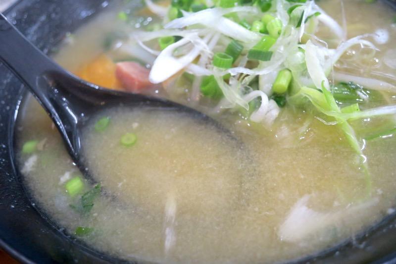 那覇・おもろまち「めし処 月の魚」たっぷり野菜味噌汁定に使われる味噌は、あっさり優しい白味噌かな。