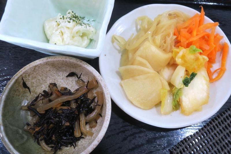那覇・おもろまち「めし処 月の魚」たっぷり野菜味噌汁定の箸休めと、この日の自家製漬物4種。