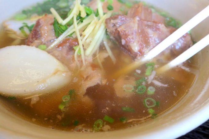 「上間天ぷら沖縄そば店」のスープは塩味濃いめのあっさり系。