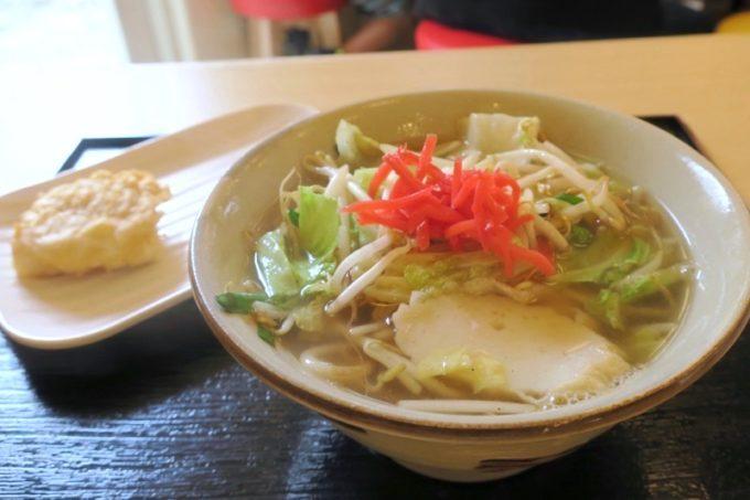 「上間天ぷら沖縄そば店」の野菜そば(小、460円)と魚てんぷら(80円)