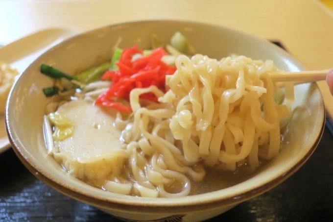 野菜いための旨味と、味濃いめのスープが二日酔いの体にしみる。