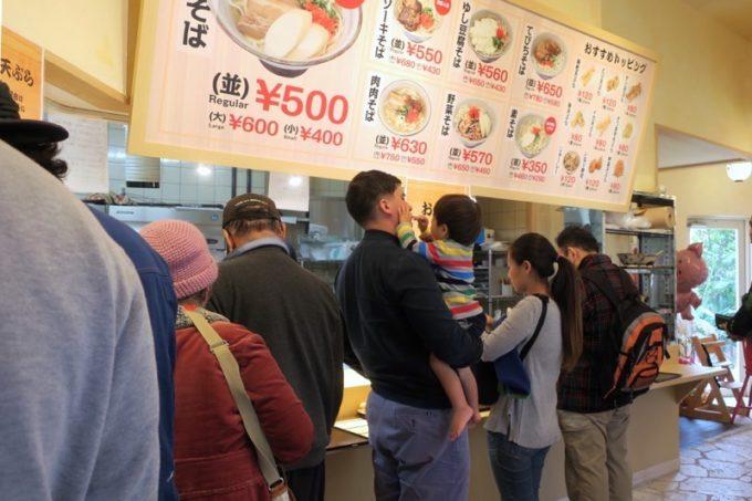 「上間天ぷら沖縄そば店」はセルフ注文の沖縄そば店。