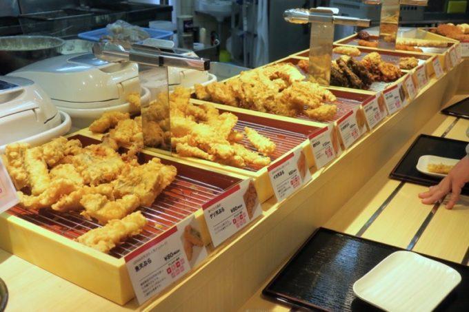 上間天ぷら店の天ぷらはどれもおいしそう。
