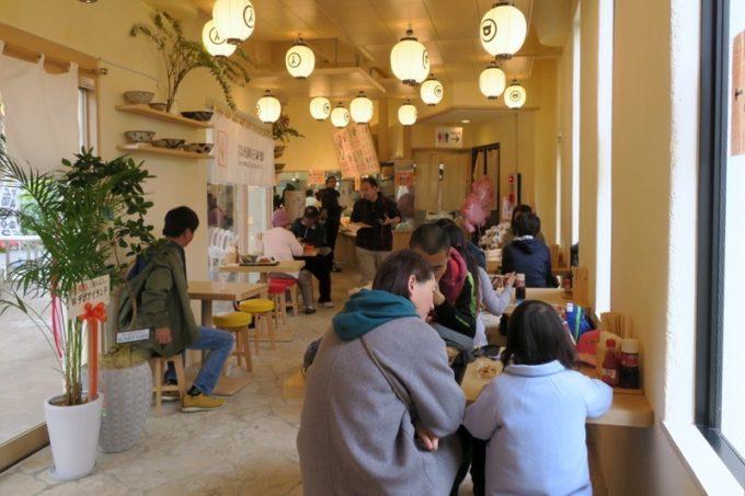 北谷・美浜にある「上間天ぷら沖縄そば店」の店内。