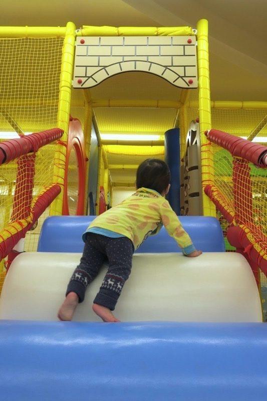おもむろにキッズジムに登り始めるお子サマー。