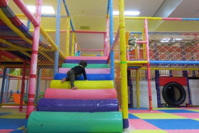 2階建のキッズプレイパークへ登って行くお子サマー。