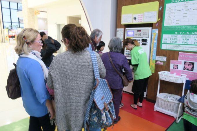 うるま市「ジスタスキッズランド」の入場券は券売機で購入する。