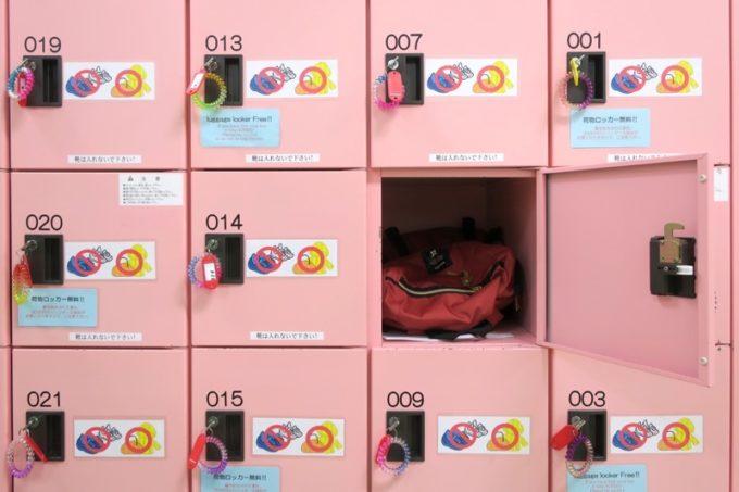 うるま市「ジスタスキッズランド」にはロッカーや下駄箱が完備されている。