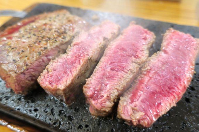 分厚く切り分けると、レアなお肉!溶岩石プレートで好みの焼き加減にしよう。