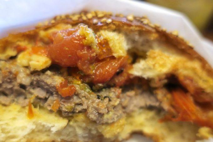 ローストしたミニトマトがソース代わりになる。酸味と甘みがウマい!