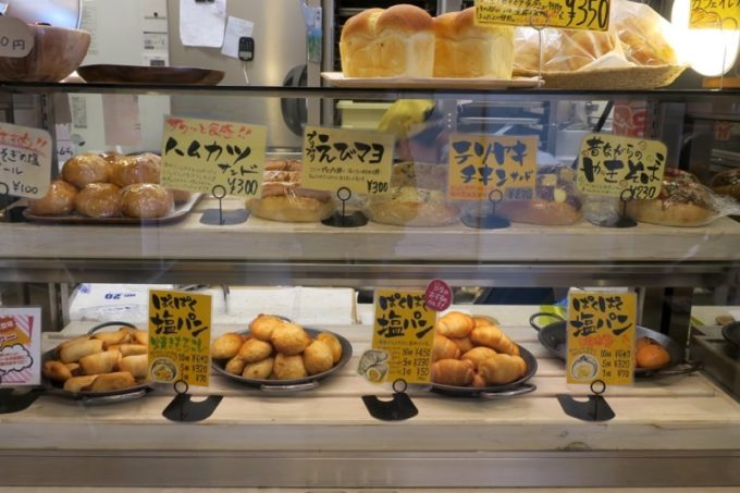 「コッペん道土(コッペンドット)」の店頭に並ぶパン。