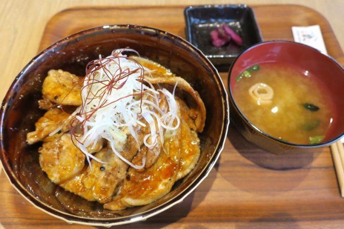 「北海道海鮮処えん」のランチで食べた、北海道豚丼(1680円)。