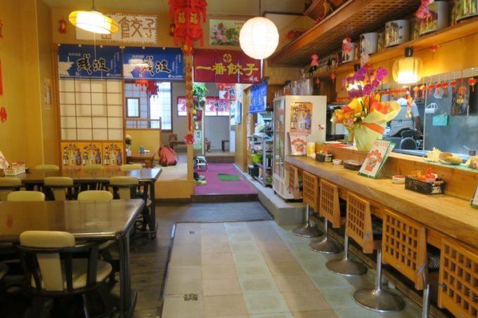 宜野湾「一番餃子」の店内の様子。