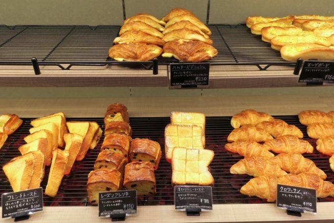 アクロスプラザ古島駅前の「マーサンミッシェル ブーランジェリー」のパン売り場(その1)