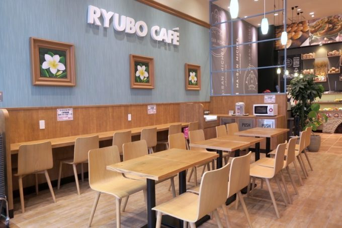 お店の隣には、イートイン用のカフェがある。