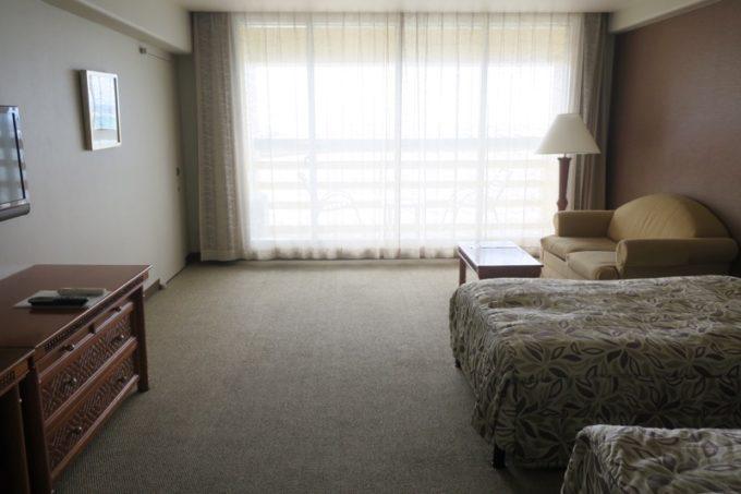 「リザンシーパークホテル谷茶ベイ」4階のオーシャンビューデラックスツイン(40㎡)の室内。
