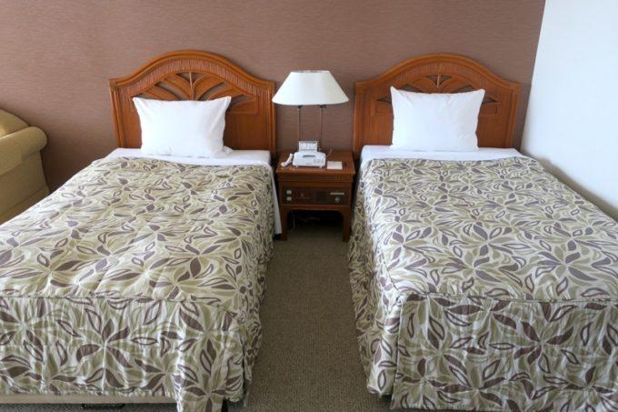 「リザンシーパークホテル谷茶ベイ」4階のオーシャンビューデラックスツイン(40㎡)のベッド。