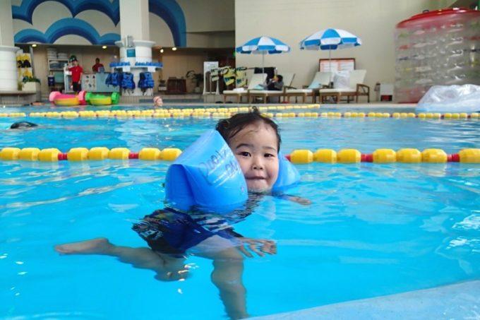 「リザンシーパークホテル谷茶ベイ」のインドアプール(温水プール)で遊ぶ2歳のお子サマー。